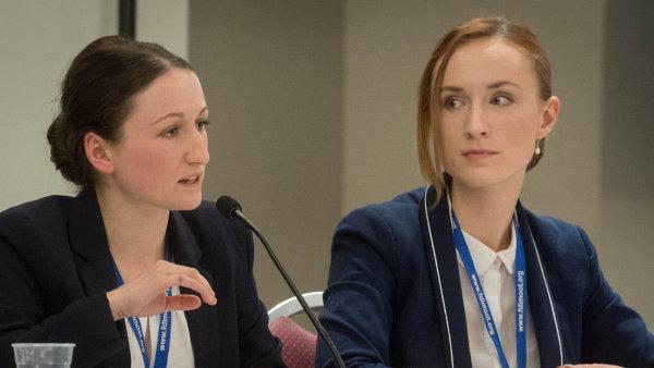 Arbitráž nanečisto: Studentky práv z Univerzity Karlovy, Nikola Klímová a Helena Švandová, během finále v Bostonu.