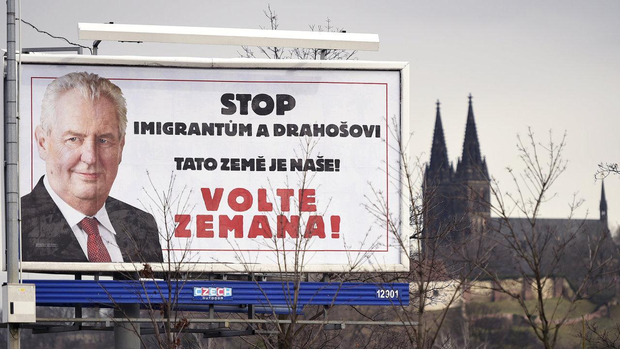 Kdo zaplatil za kontroverzní kampaň Miloše Zemana?