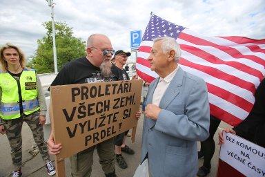 První máj v Praze: Komunisté se střetli se svými odpůrci, Semelová žádala policii o jejich rozehnání, studenti šli do průvodu