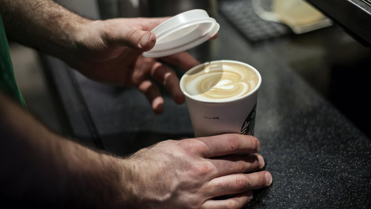 Některé kavárny se snaží omezit spotřebu jednorázových kelímků.