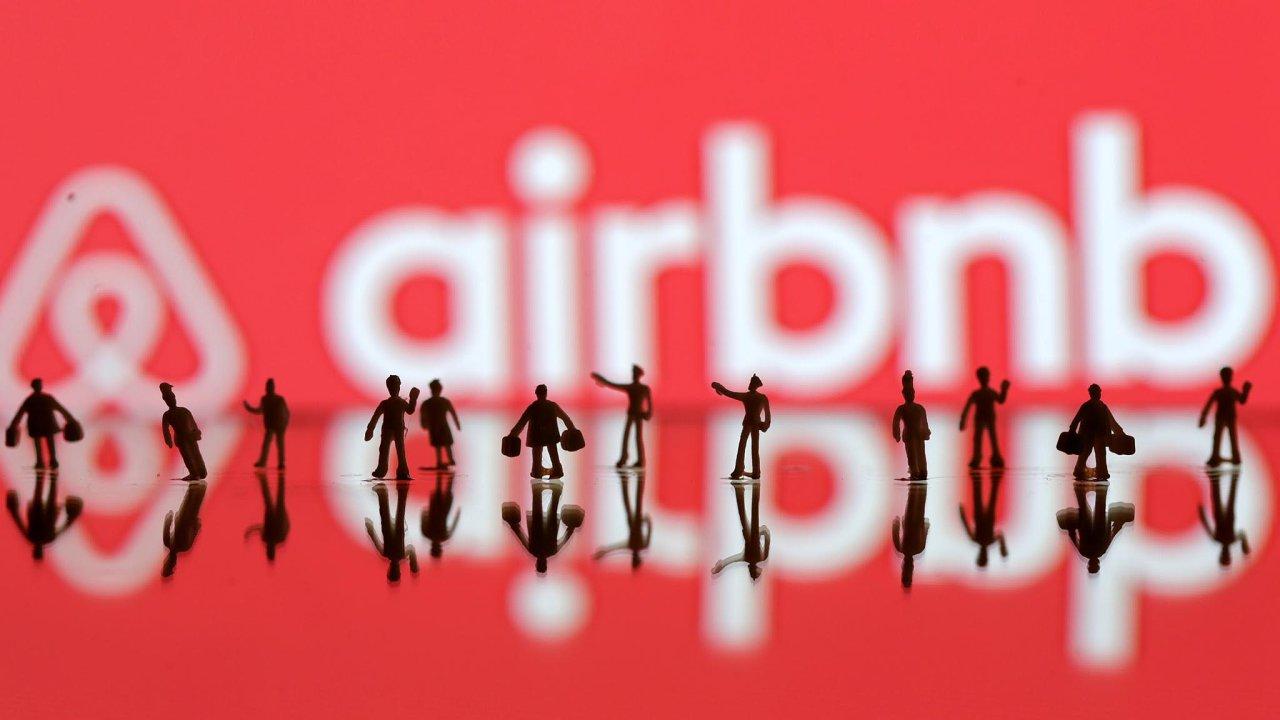 Zatímco zaměstnanci Airbnb touží po prodeji svých akcií, zakladatelé společnosti její vstup na burzu zdržují a vyplácejí si miliony.