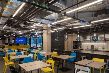 Prohlédněte si sdílené kanceláře, které v Praze nabízejí zahraniční firmy. Můžete si v nich natočit pivo nebo si zdřímnout