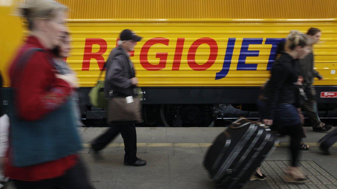 Vlaková souprava společnosti RegioJet a lidé v Praze na hlavním nádraží.
