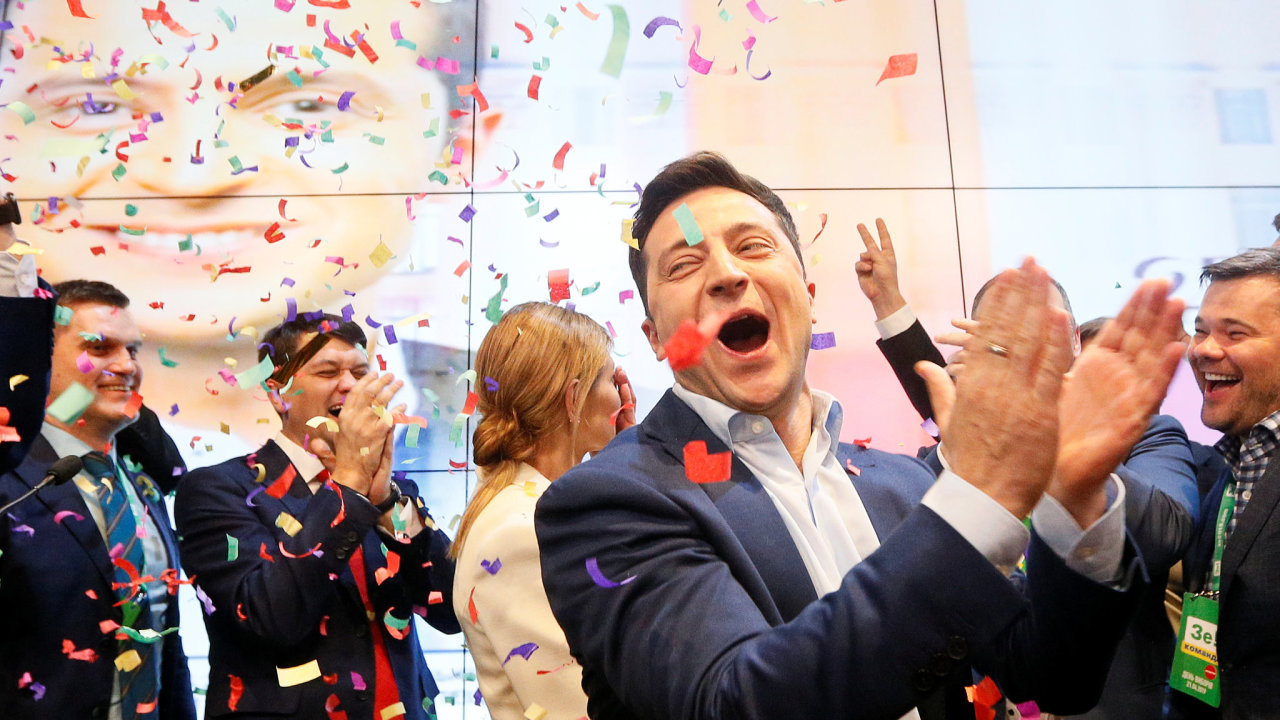 Volodymyr Zelenskyj se raduje po oznámení prvních odhadů výsledků voleb.
