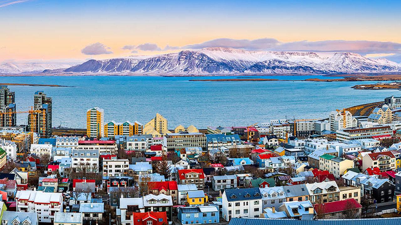 Na mezinárodní letiště dopadl krach islandských lowcostových aerolinek Wow, které na ostrov přivážely až třetinu všech zahraničních návštěvníků. Ato má na tamní ekonomiku silný dopad.