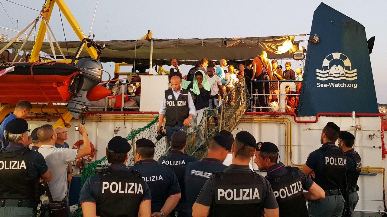 Kapitánka lodi Sea-Watch 3 vplula do přístavu na italském ostrově Lampedusa bez povolení v noci na sobotu. Italské úřady ji i 40 běženců, které na moři zachránila, poté zadržely.