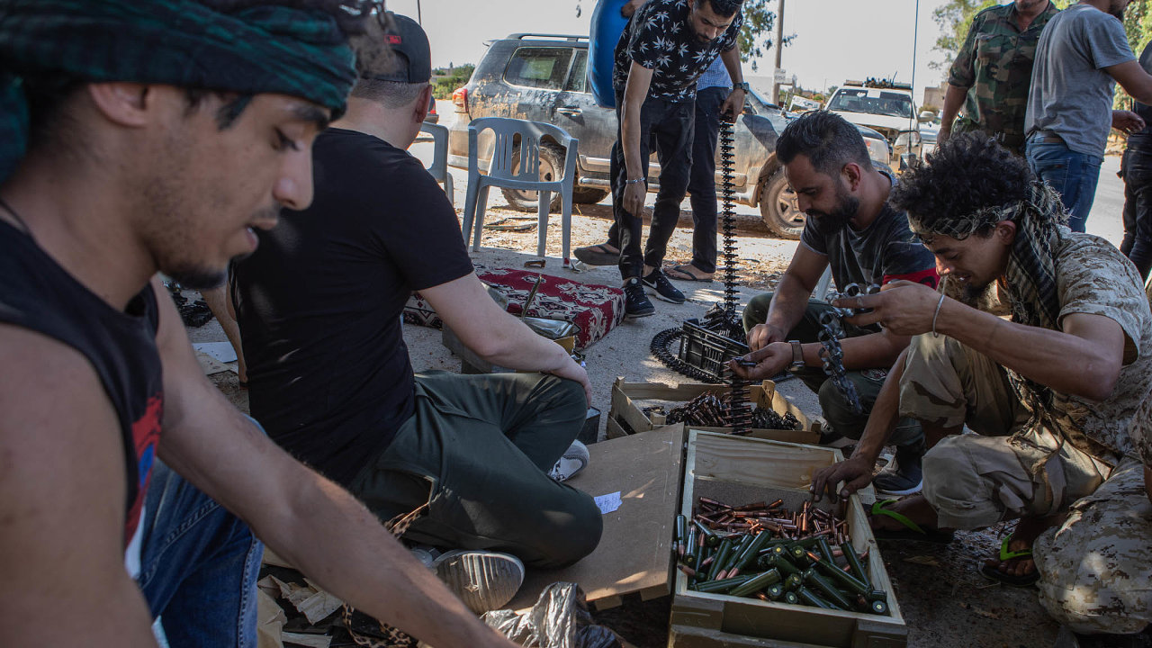 Už dva měsíce se jednotky maršála Chalífy Haftára pokoušejí dobýt Tripolis. Zatím je však libyjské hlavní město stále pod kontrolou vlády národního porozumění azdejších milicí.