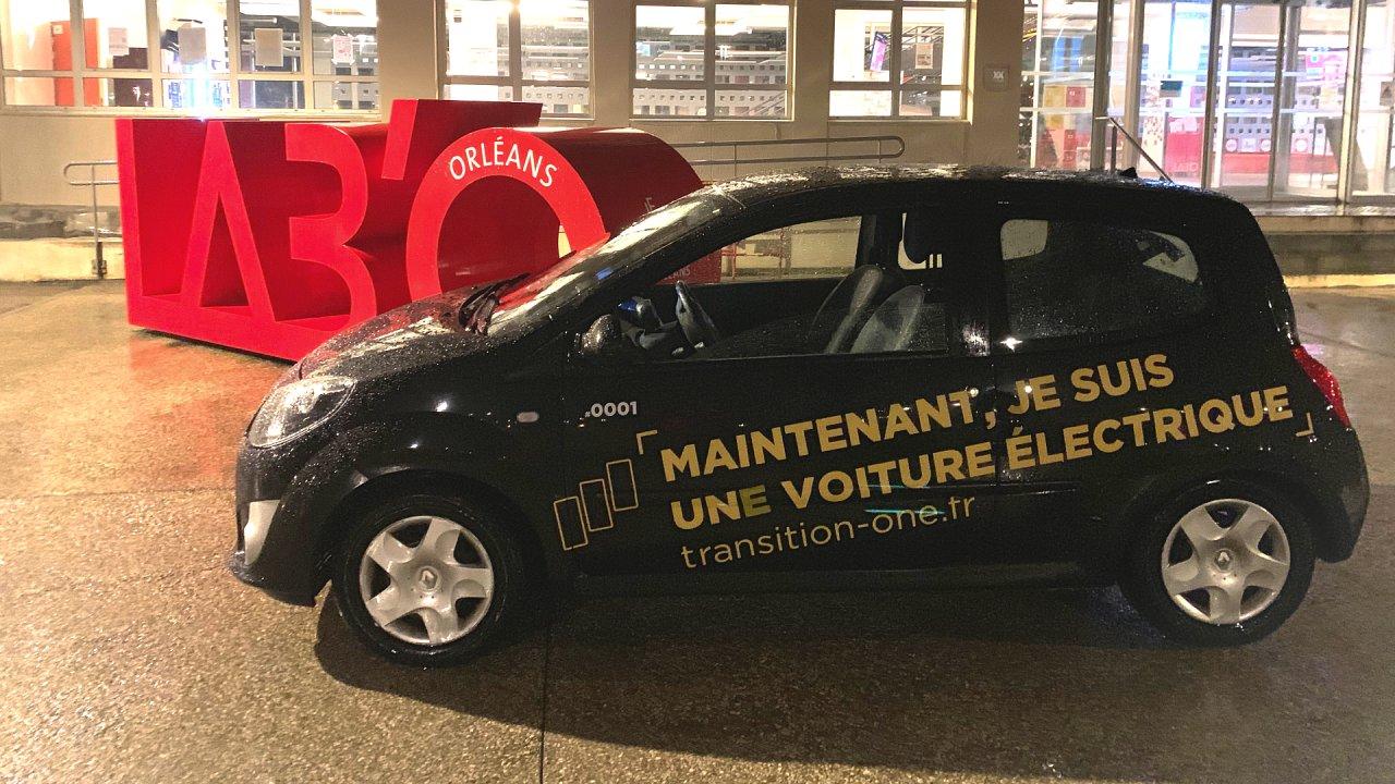 První prototyp elektromobilu vytvořil start-up konverzí Renaultu Twingo z roku 2009.