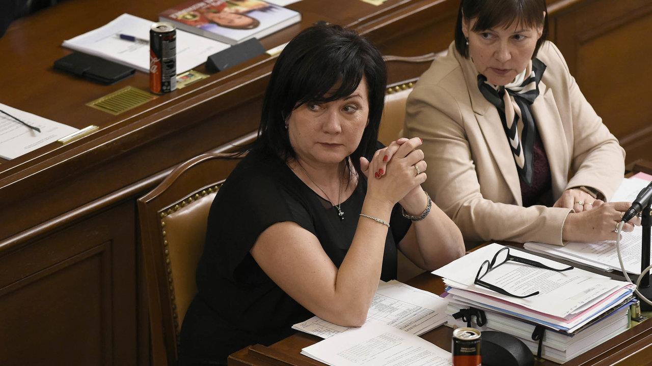 """""""Požadujeme, aby se platy zvedly opět procent,"""" řekla poslankyně KSČM Miloslava Vostrá (vpravo) poschůzce s ministryní financí Alenou Schillerovou. Ta však stak velkým nárůstem nesouhlasí."""