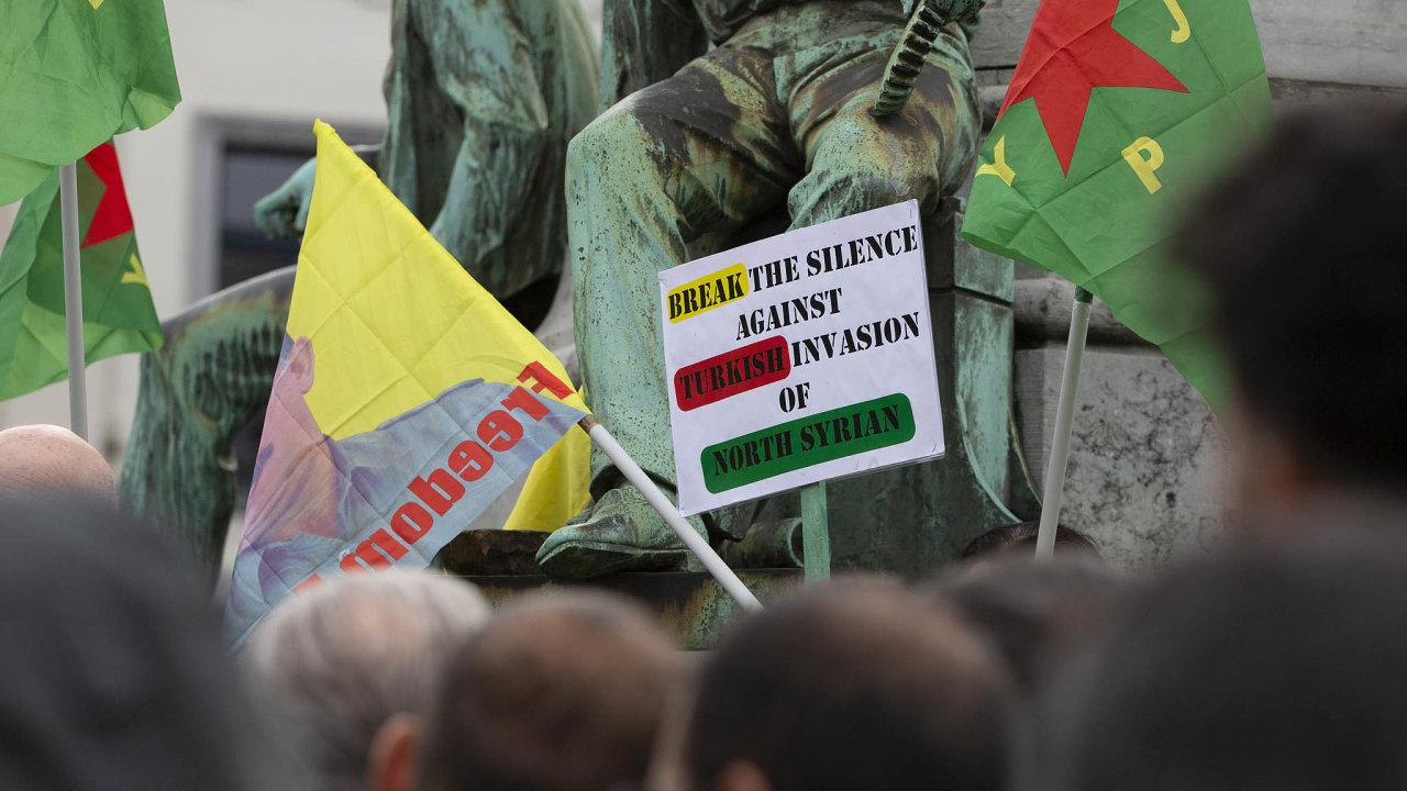 Kurdští demonstranti proti tureckému útoku protestovali před sídlem RadyEvropy ve Štrasburku.
