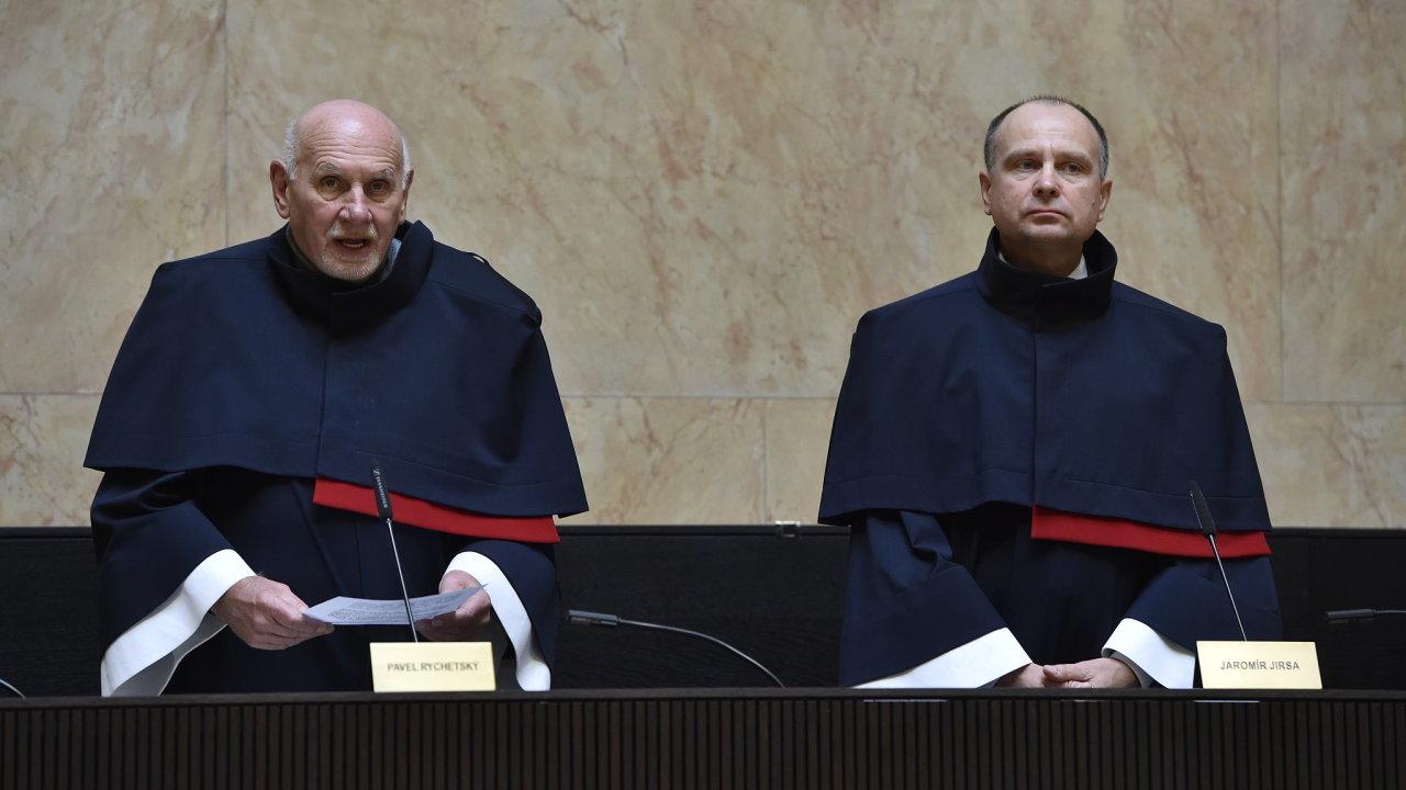Předseda Ústavního soudu Pavel Rychetský (vlevo) a ústavní soudce Jaromír Jirsa oznámili, že Ústavní soud se postavil proti zdanění finančních náhrad z církevních restitucí.
