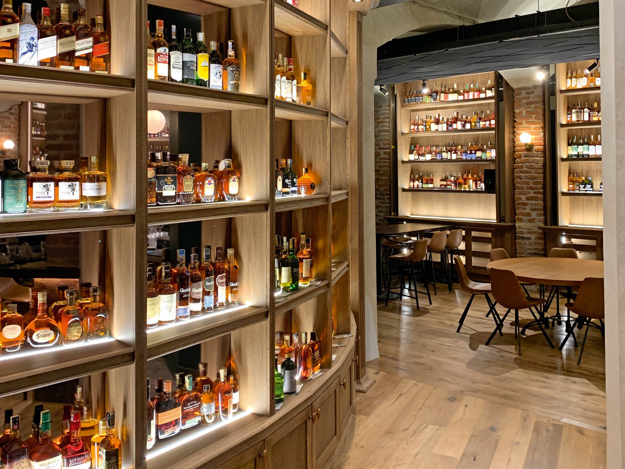 Designový interiér vrozlehlých podzemních prostorách je lemován více než tisícem druhů whisky zdestilerií veSkotsku, Irsku, Hongkongu, Indii, vJaponsku, ale ivČesku.