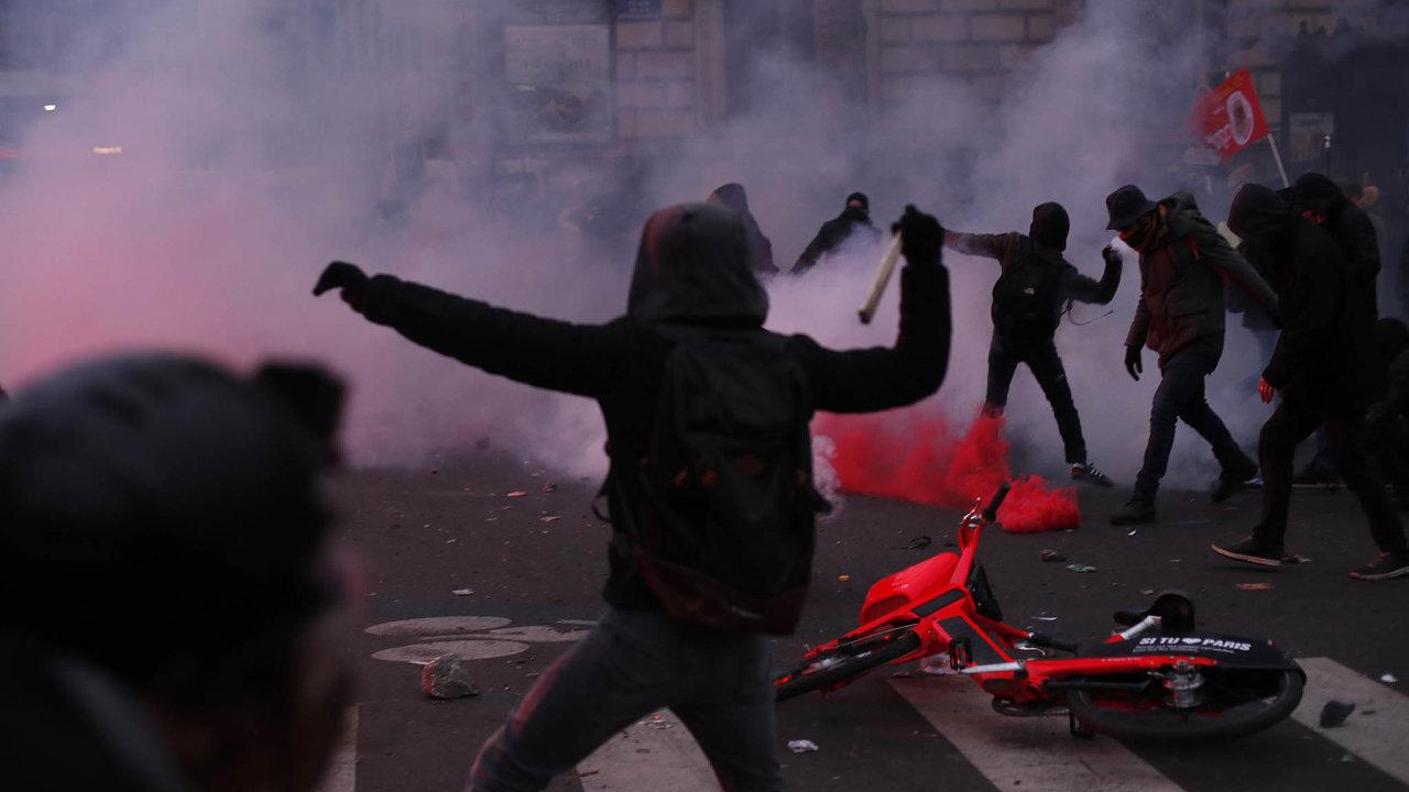 Protesty proti plánované reformě důchodového systému pokračovaly veFrancii také ovíkendu.