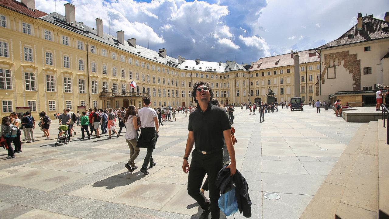 Přes 80 procent návštěvníků Prahy jsou cizinci. Čechů dorazí dohlavního města měsíčně kolem 100tisíc, zacelý rok pak 1,2 milionu. Letos by jich magistrát chtěl přilákat milion během léta.