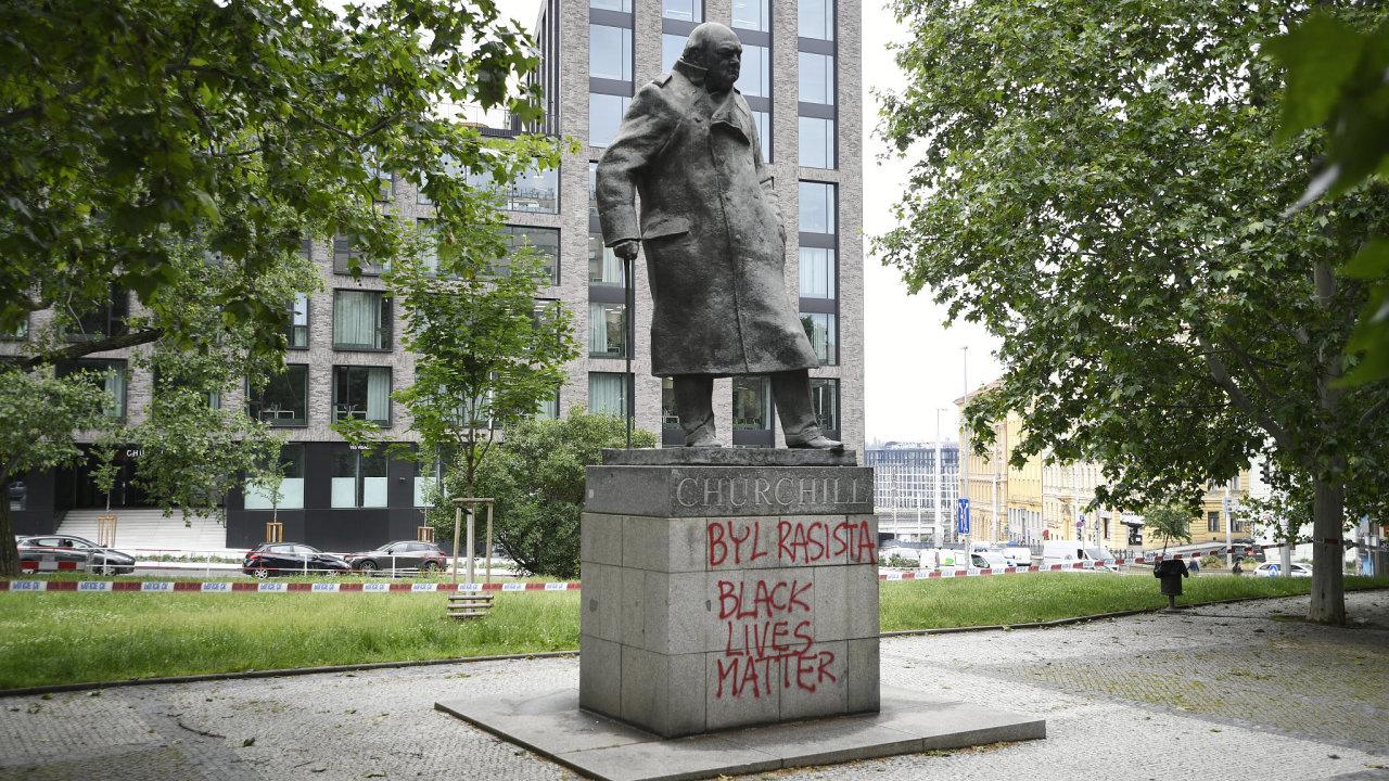 Na podstavec sochy bývalého britského premiéra Winstona Churchilla v Praze 3 někdo ve čtvrtek napsal, že byl rasista.