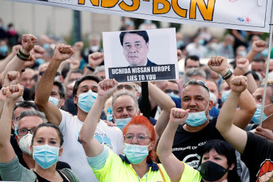 Protesty veŠpanělsku. Tisíce lidí minulý týden protestovaly proti plánovanému uzavření závodu Nissanu vešpanělské Barceloně. Opráci tam mají přijít tři tisíce lidí.