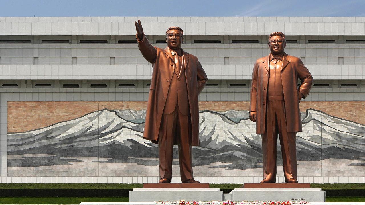 Velcí vůdci tě milují, velcí vůdci tě sledují. Dovýšky sedmipatrového paneláku se tyčí bronzové sochy Kim Ir-sena ajeho syna Kim Čong-ila vpchjongjangském Velkém památníku Mansudae.
