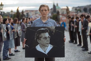 Studenti uctili památku Milady Horákové. Na Karlově mostě vytvořili uličku z jejích fotografií a ukázek propagandy