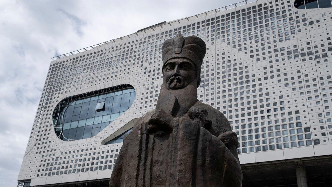 Socha čínského filozofa Konfucia před Čínským kulturním centrem v srbském Bělehradě. - Ilustrační foto