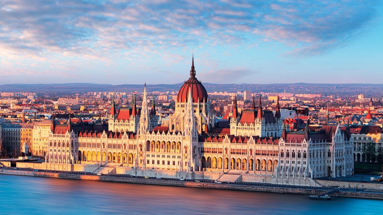 Pokud by seopozici podařilo vSzerencsi vládní stranu porazit, přišel by Fidesz papírově odvoutřetinovou většinu vparlamentu. Na snímku budova parlamentu v Budapešti.