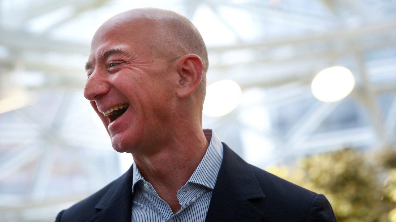 Šéf Amazonu Jeff Bezos je již čtvrtý rok v řadě nejbohatším mužem planety.