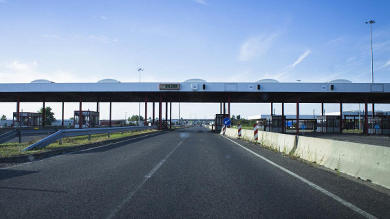 Nejméně měsíc bude trvat zákaz vstupu cizích občanů naúzemí Maďarska. To jako jediná země Evropské unie uzavřelo dnes své hranice.