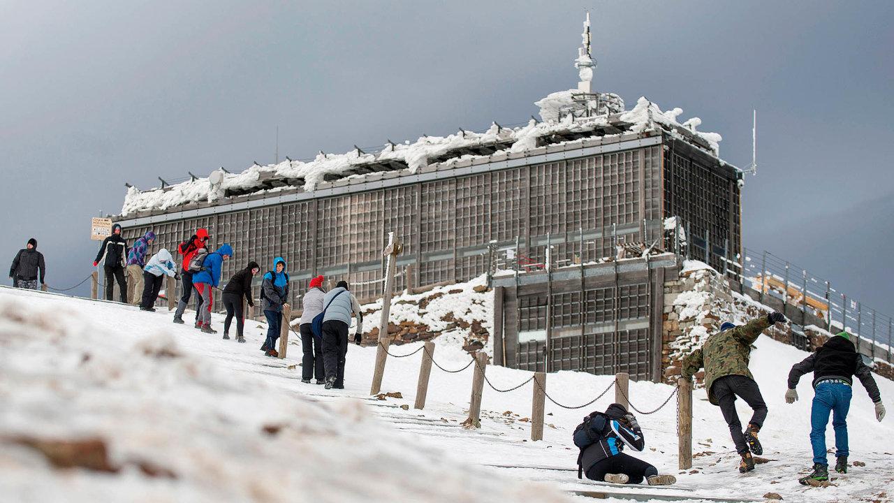 Opatření proti koronaviru ukončila v českých horách zimní sezonu už v březnu. V létě lidé přijeli, dali dovolené v Česku přednost před zahraničím. Teď se skiareály obávají dalšího zimního výpadku.