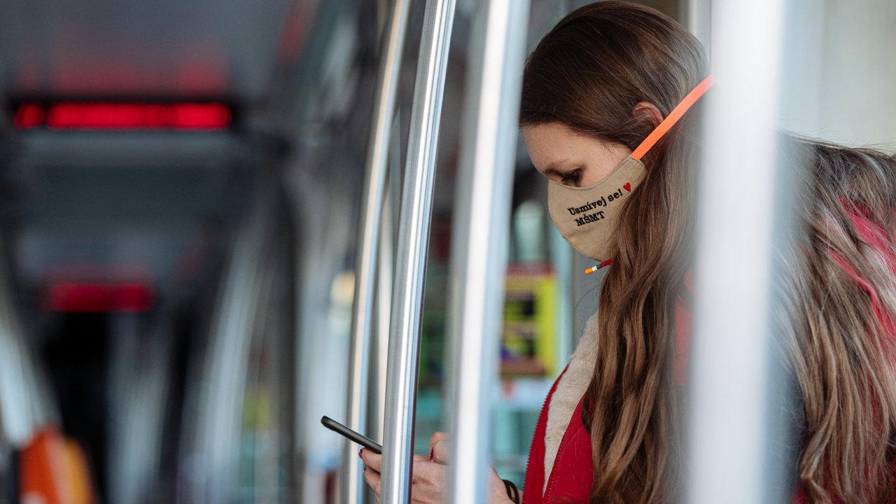 Lidem, kteří byli po dobu 15 minut a více v blízkosti (do dvou metrů) telefonu infikovaného uživatele, vyskočí upozornění, že byli v kontaktu s někým nakaženým.