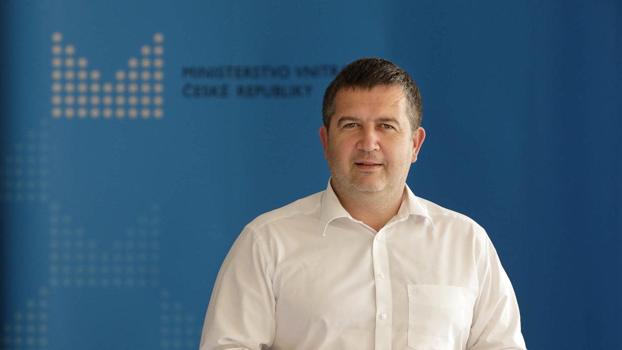 Zatímco Andreji Babišovi (ANO) se doposud dařilo řadu ztěch, kteří mu důvěřují, přetavovat ve voliče ANO, Hamáček svoji osobní popularitu veprospěch ČSSD proměnit nedokázal.
