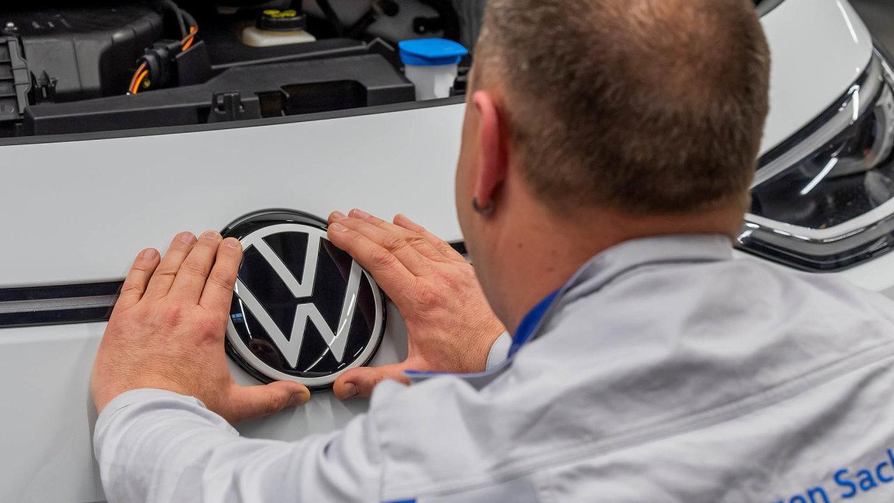Německá automobilová skupina Volkswagen sevetřetím čtvrtletí vrátila kzisku. Přispěla ktomu poptávka poluxusních vozech vČíně, která kompenzovala pokles odbytu o1,1 procenta vlivem koronavirové pandemie.