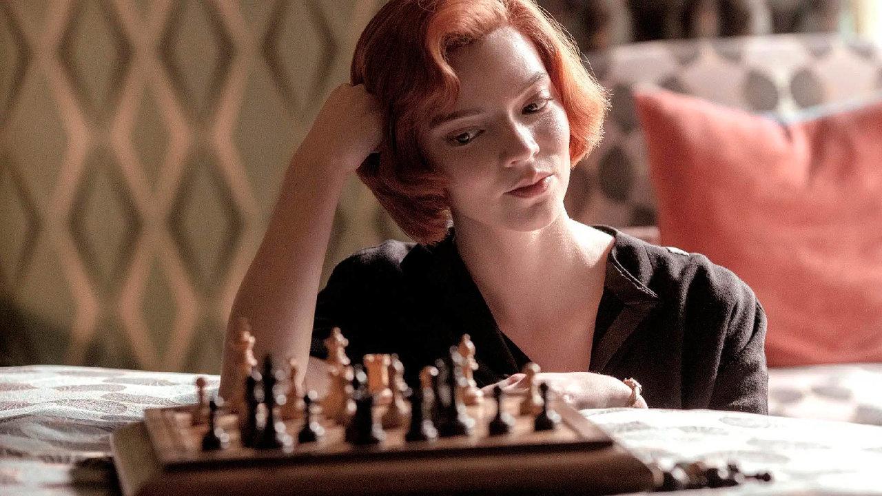 Příběh zasazený do60. let ukazuje mladou dívku Beth (hraje ji Anya Taylorová-Joyová), která se dokáže prosadit všachovém světě, jemuž dominují muži. Vefinále se utká isruským šachovým velmistrem.