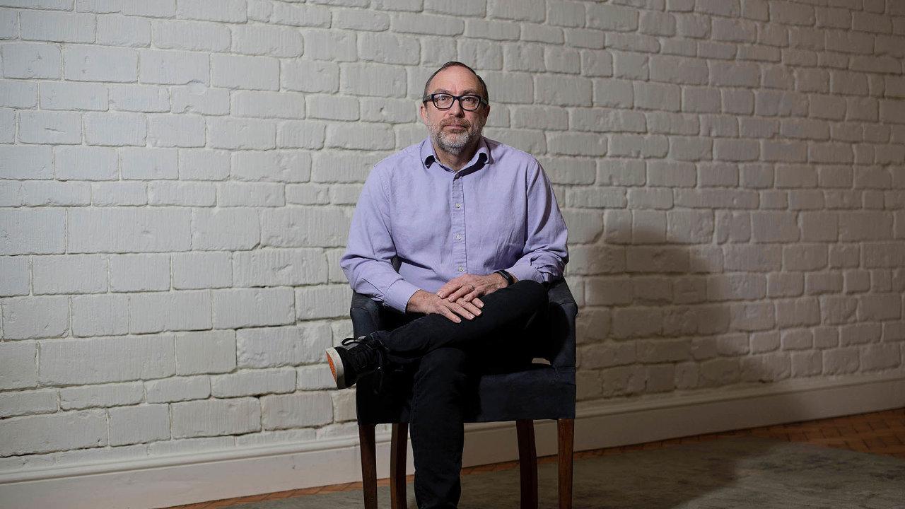 Wikipedii před 20 lety založili Američané Jimmy Wales (nasnímku zroku 2021) aLarry Sanger. Wales Wikipedii vede dodnes, Sanger vroce 2006 spustil konkurenční, nepříliš úspěšný projekt Citizendium.