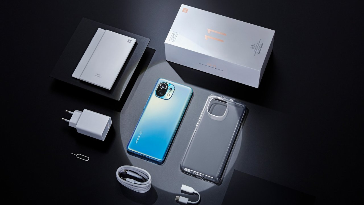Xiaomi Mi 11 s kompletním obsahem balení, které zahrnuje moderní nabíječku i obal.