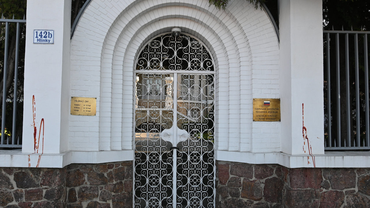 Červené cákance na zdi ruského konzulátu v Brně jsou po obou stranách zdi vstupní brány a na zdi vedle brány.