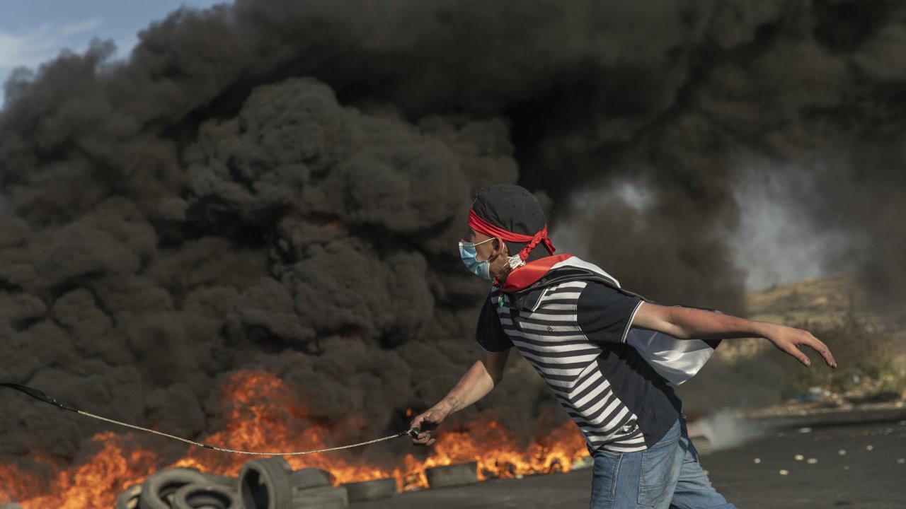 Protestující Palestinec při střetech s izraelskou armádou na Západním břehu Jordánu.