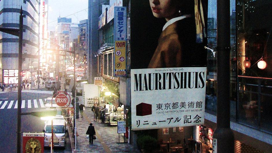 Plakát s Vermeerovým obrazem Dívka s perlou v Tokiu láká na nejnavštěvovanější výstavu loňského roku.