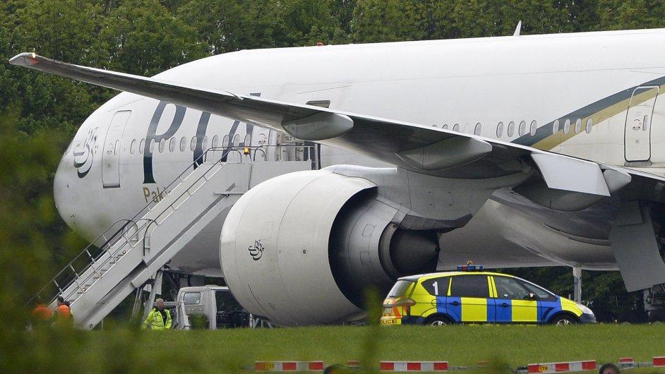 Letadlo pákistánských aerolinií odstavené na letišti Stansted.