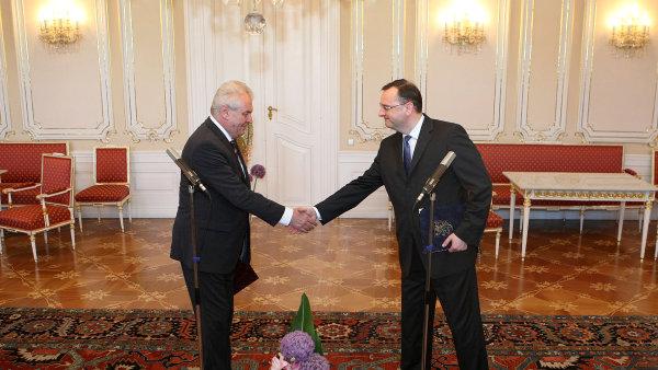Premiér Petr Nečas předal na Hradě demisi do rukou prezidenta