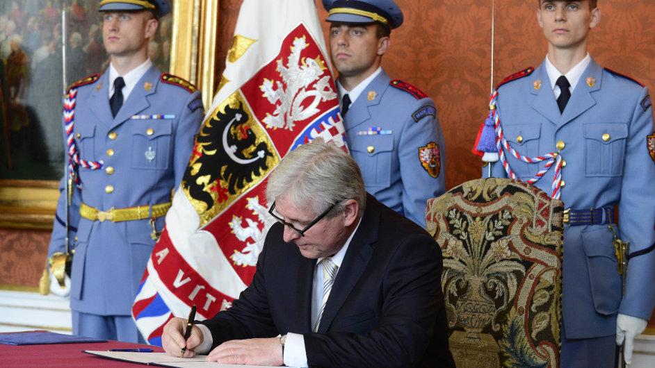 Jiří Rusnok byl prezidentem Zemanem jmenován premiérem
