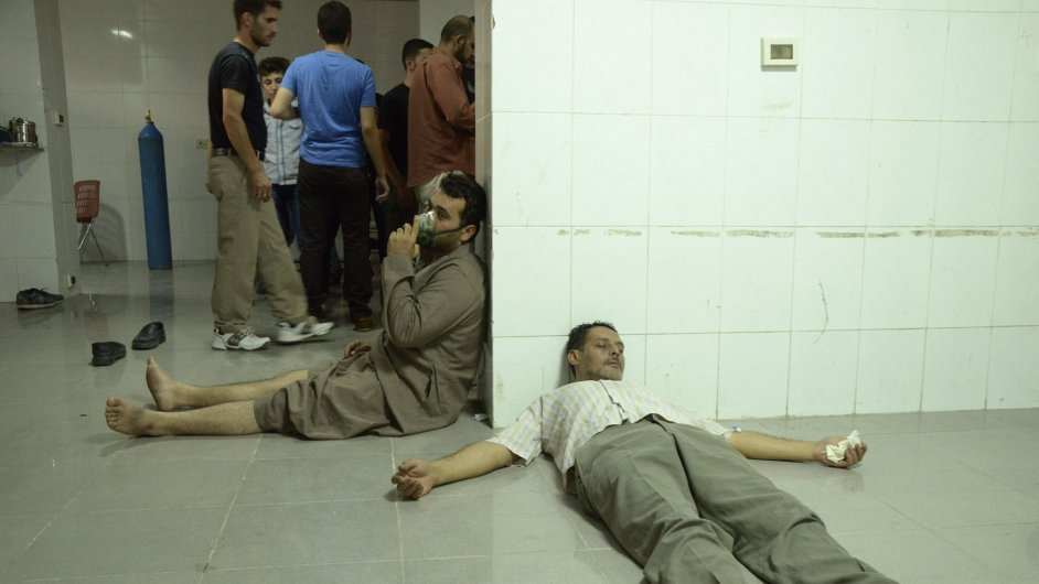 Lidé po chemickém útoku u Damašku