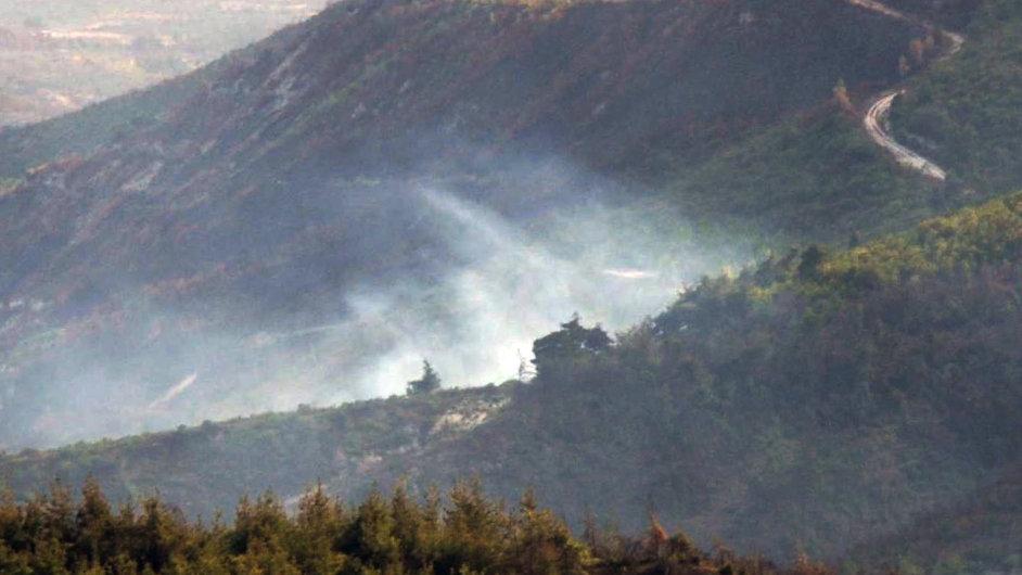 Pohled na místo dopadu syrského vrtulníku