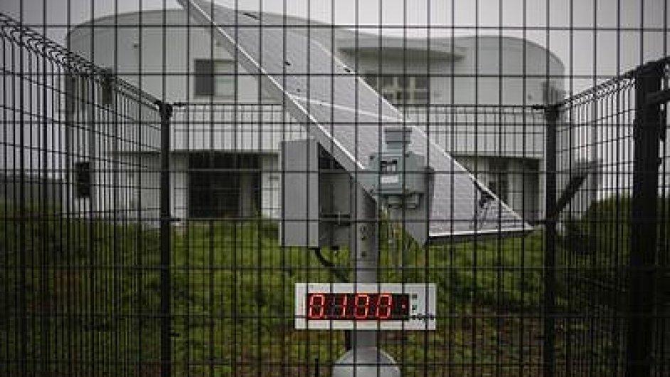 Měření radiace u opuštěné budovy poblíž Fukušimy