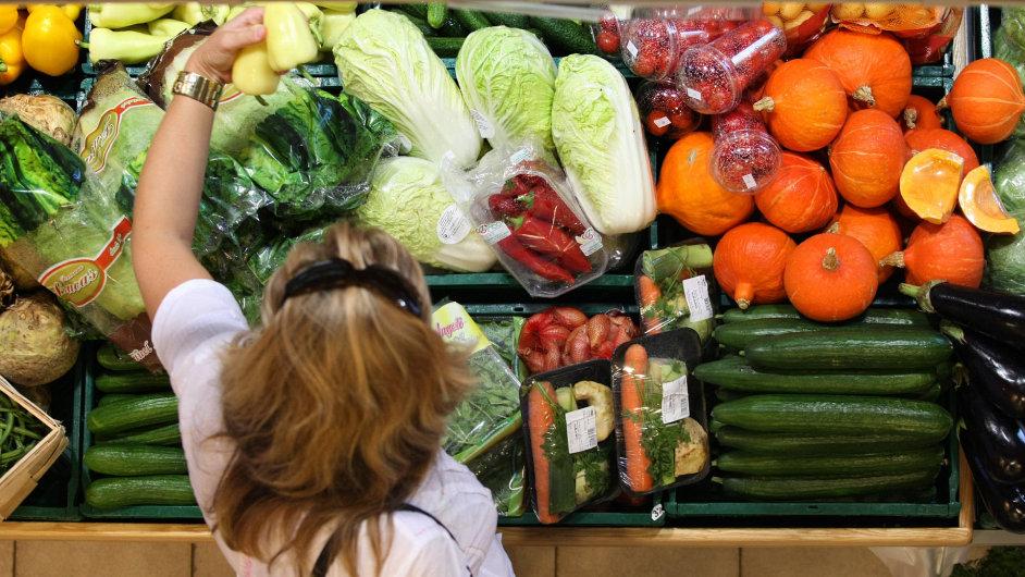 Zákazník si vybírá zeleninu. Ilustrační foto