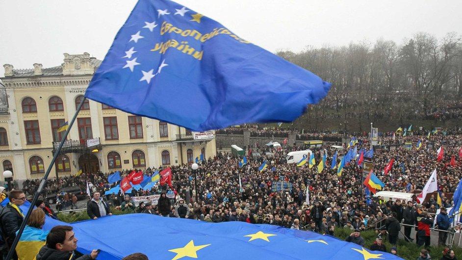 Demonstranti drží vlajku Evropské unie, aby vyjádřili podporu evropské integraci Ukrajiny.