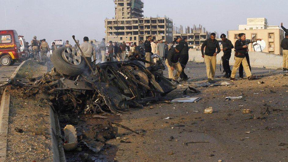 Pákistánská policie kontroluje místo po výbuchu bomby, ilustrační foto.