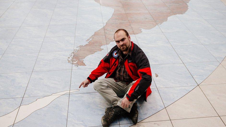 Tady máme základnu. Pavel Kapler, šéf České vědecké stanice v Antarktidě, ukazuje, kde se zhruba nachází ostrov Jamese Rosse.