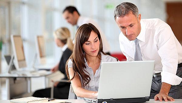 Ženy a muži na pracovišti – ilustrační foto.