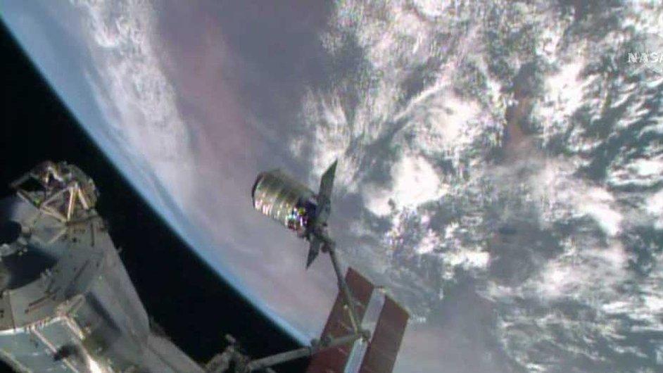 Robotické rameno Canadarm2 zachycuje loď Cygnus, aby ji připojilo ke kosmické stanici.