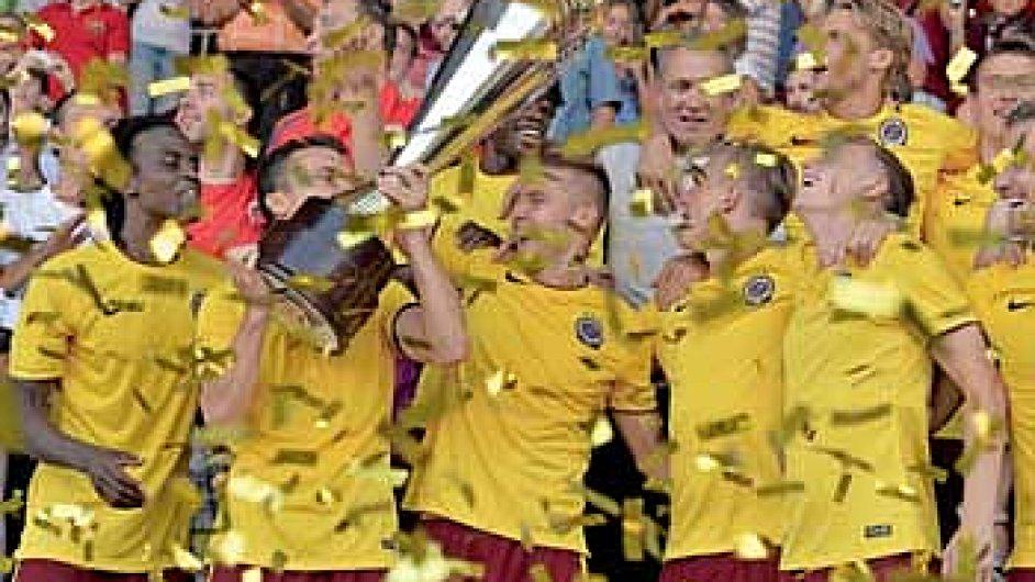 Fotbalová Sparta patří mezi nejlepší české zaměstnavatele, platy hráčů několikanásobně převyšují průměrnou mzdu. Za vítězství v Superpoháru si hráči rozdělili milion korun.
