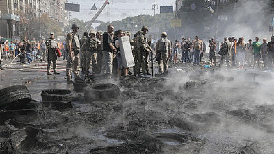 Ohořelé pneumatiky na kyjevském náměstí Nezávislosti po střetu demonstrantů a policie
